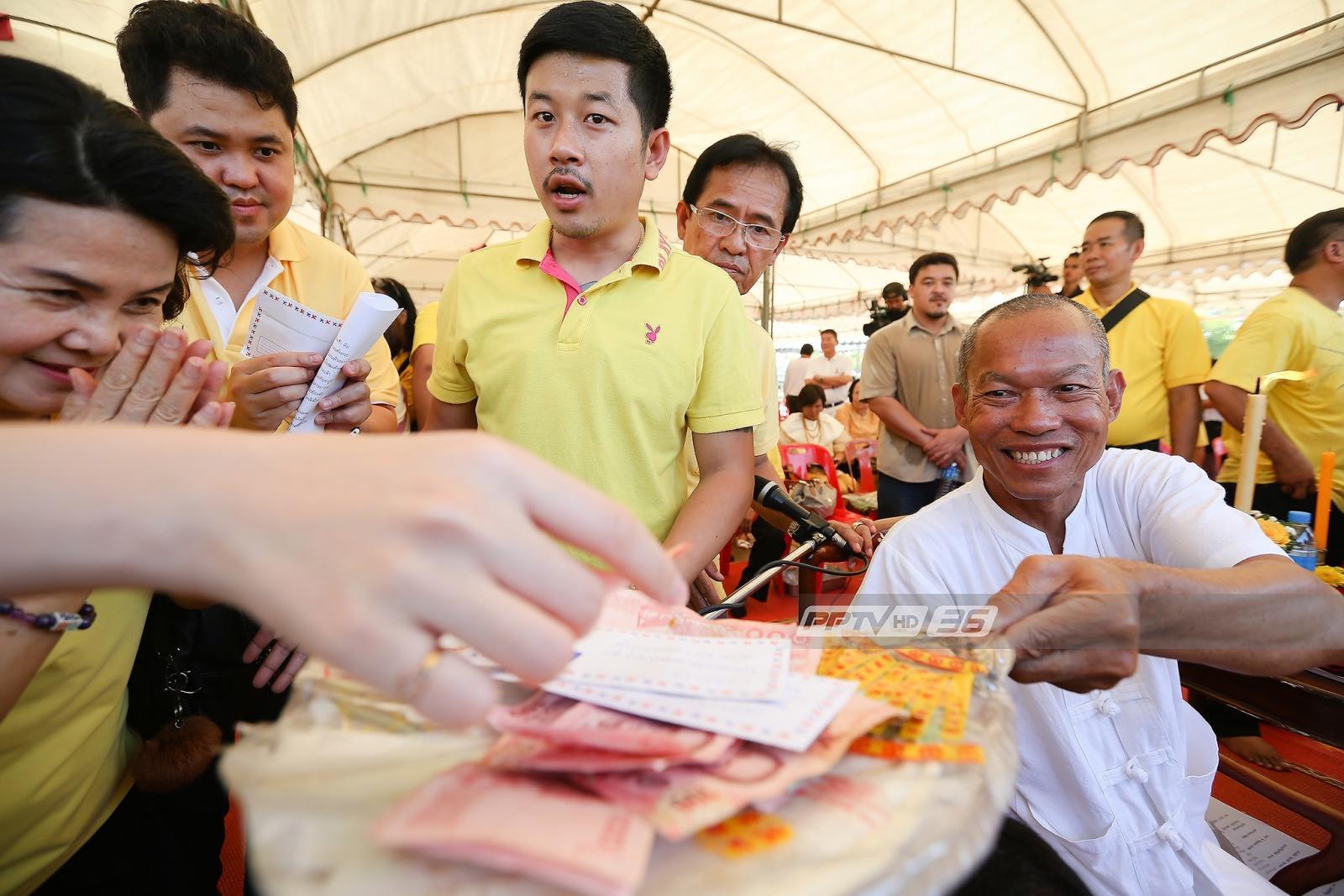 """""""พุทธะอิสระ"""" ต้อนรับ""""สุเทพ"""" ร่วมทำบุญ-แจกใบสมัครพรรครวมพลังประชาชาติไทย"""