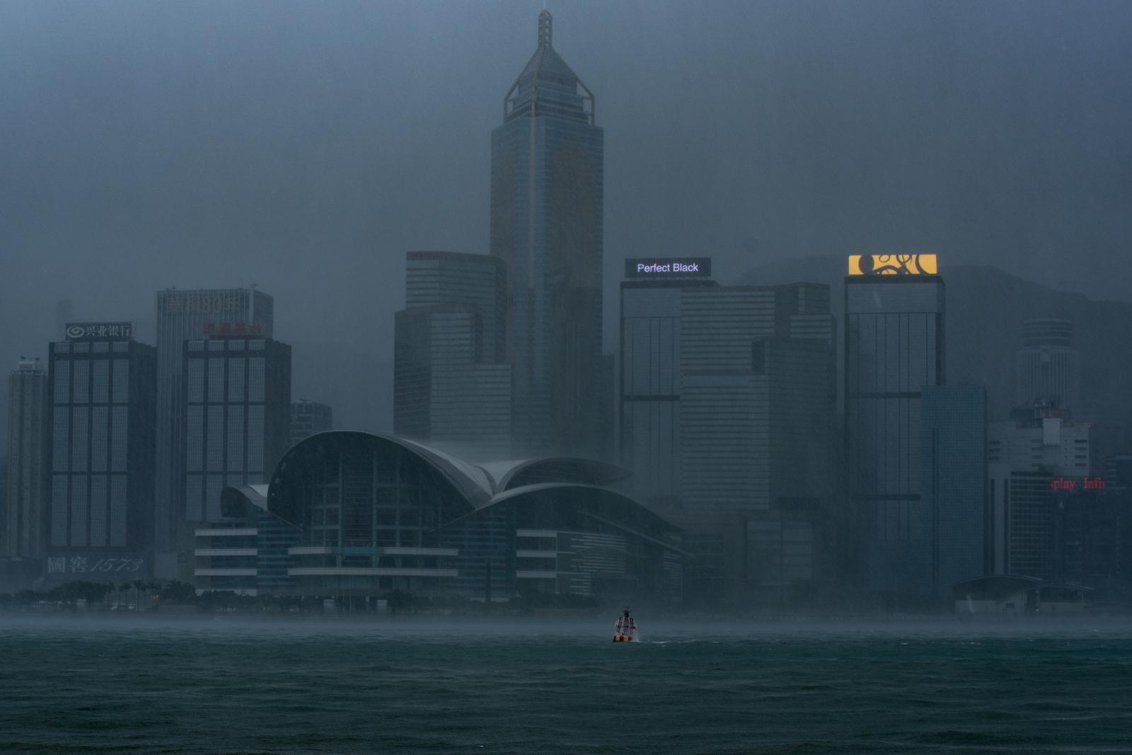 """ฮ่องกงยกระดับเตือนภัยสูงสุด หลังไต้ฝุ่น """"มังคุด"""" มุ่งหน้าสู่จีน"""