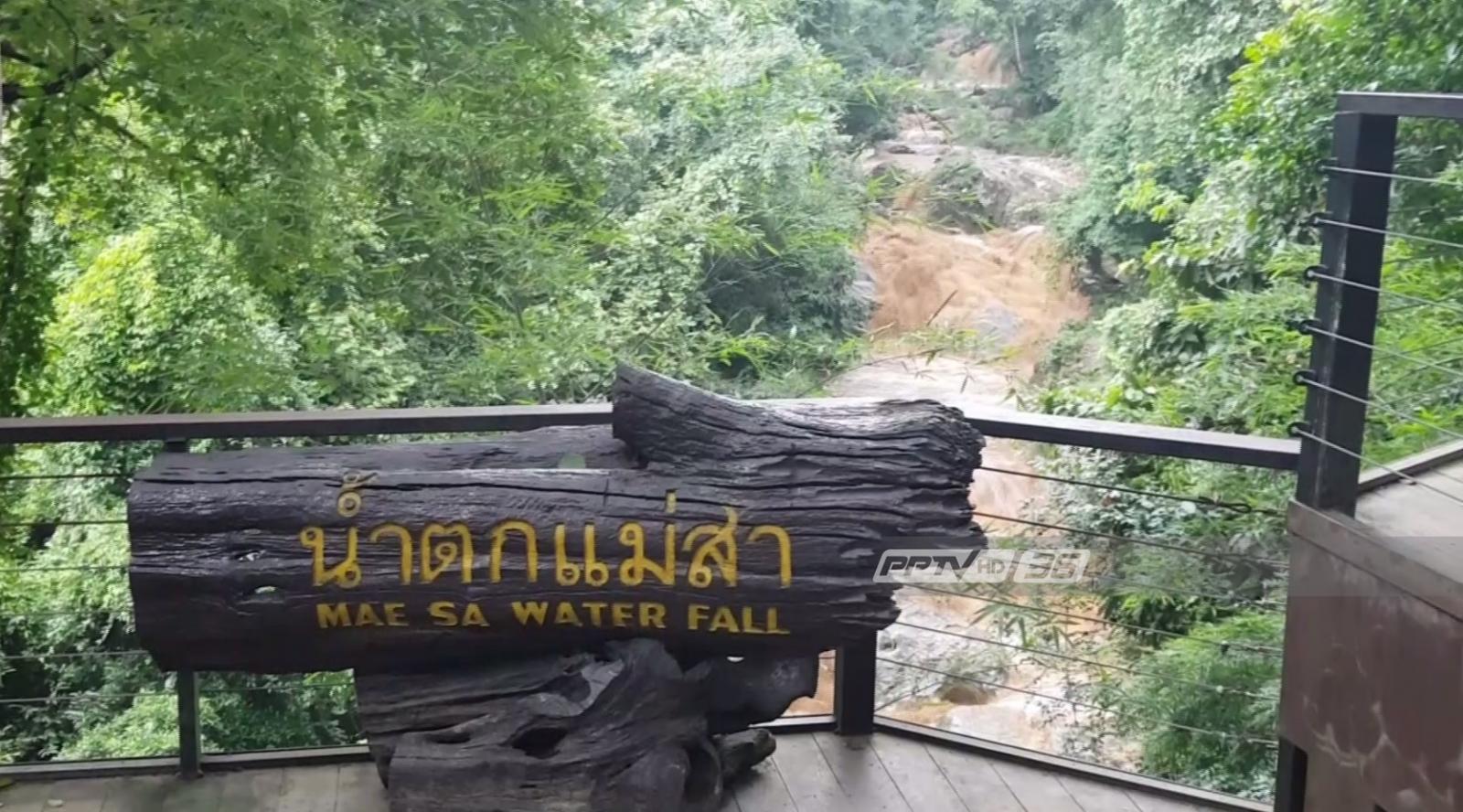 ช่วยระทึก 2 นักท่องเที่ยวต่างชาติติดน้ำป่ากลางน้ำตกแม่สา