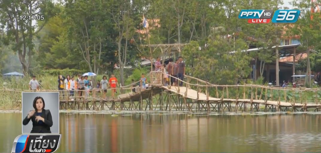 นักท่องเที่ยวชมความงามสะพานไม้ไผ่รับอากาศบริสุทธิ์