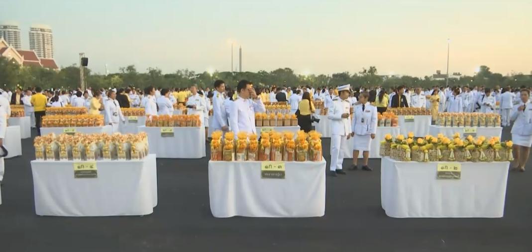 นายกฯนำประชาชนสวมเสื้อเหลืองทำบุญวันพ่อแห่งชาติ