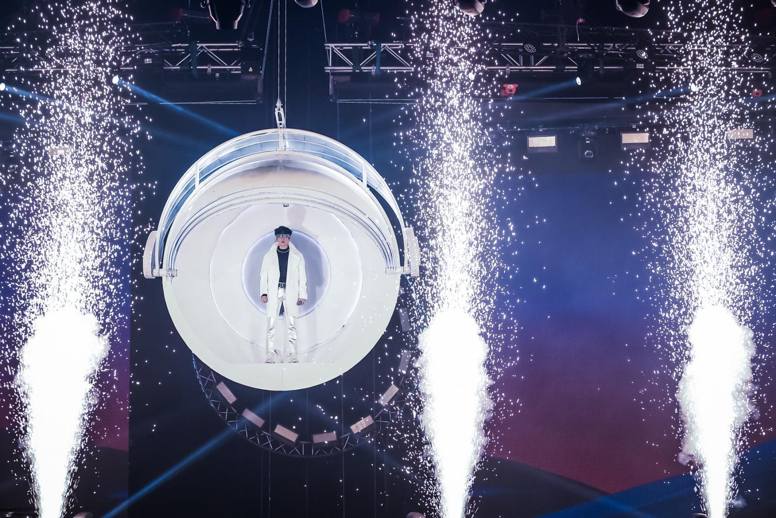 """ฟินอันลิมิต!! """"เป๊ก"""" เติมพลังรักใน LOVE IN SPACE"""