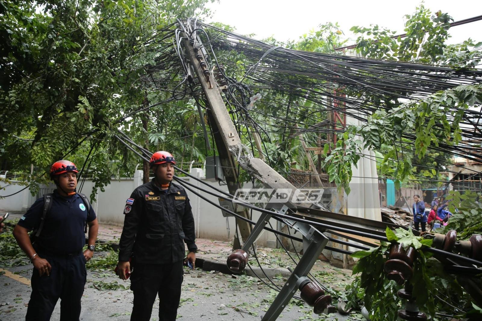 รถเครนล้ม ถนนศาลาแดง ทับรถ เจ็บ 1 - เสาไฟฟ้าล้ม 5 ต้น