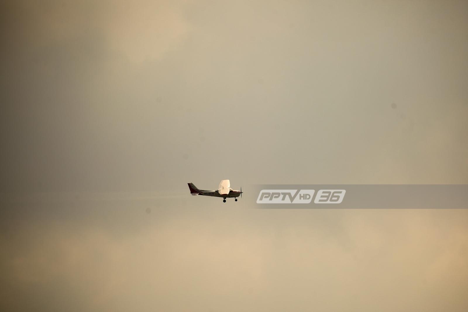 เครื่องบินเล็ก ปฏิบัติการพ่นละอองน้ำ ลดฝุ่น PM 2.5 ถ.พระราม 2