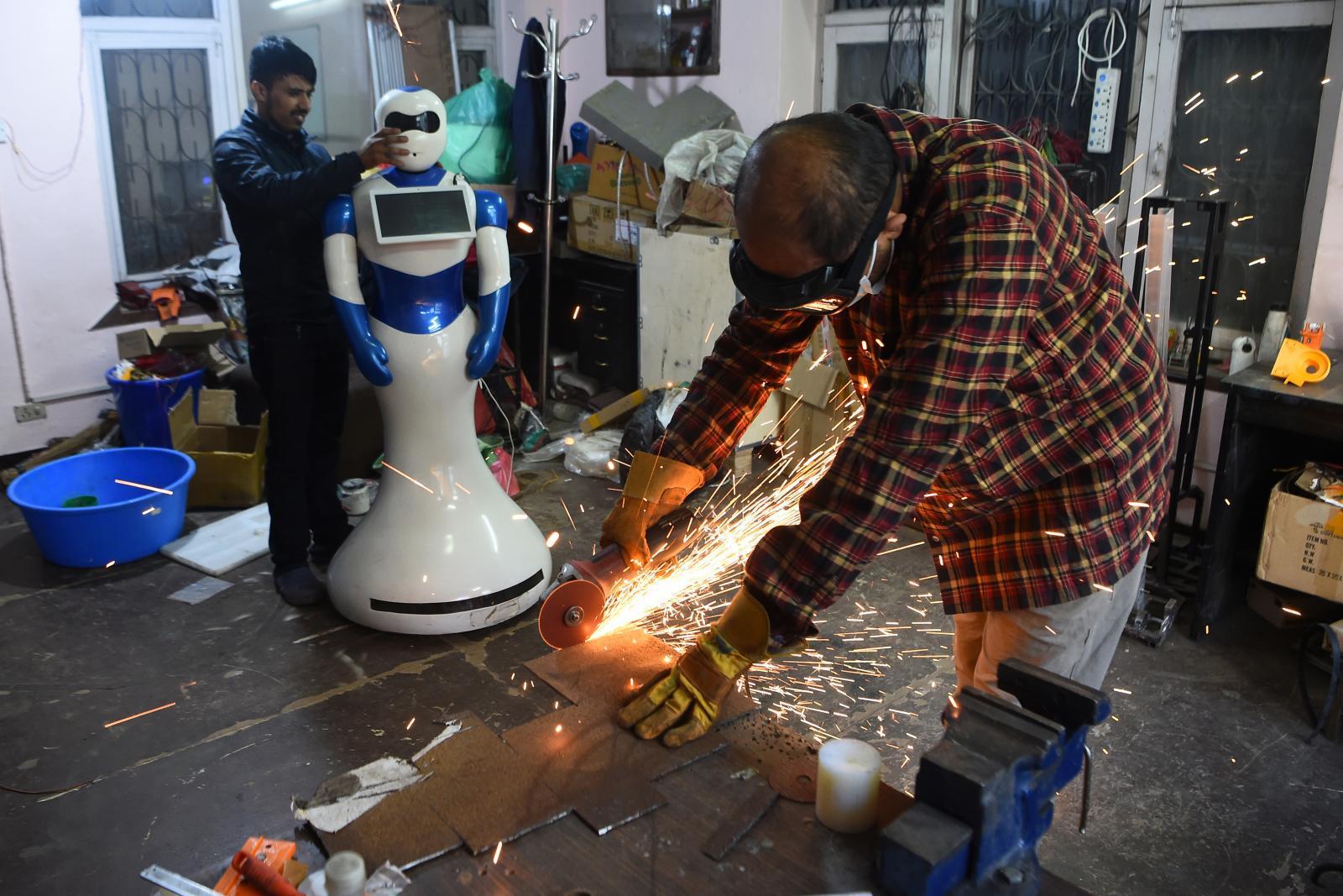 """เนปาลเปิดตัว """"หุ่นยนต์"""" สร้างเองครั้งแรก คอยให้บริการเสิร์ฟอาหาร"""