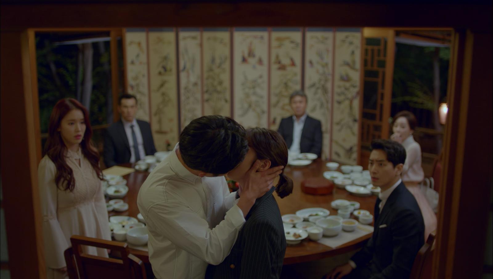 """""""ซอคังจุน"""" คว้า """"กงซึงยอน"""" จูบละมุน ต่อหน้าผู้บริหาร"""