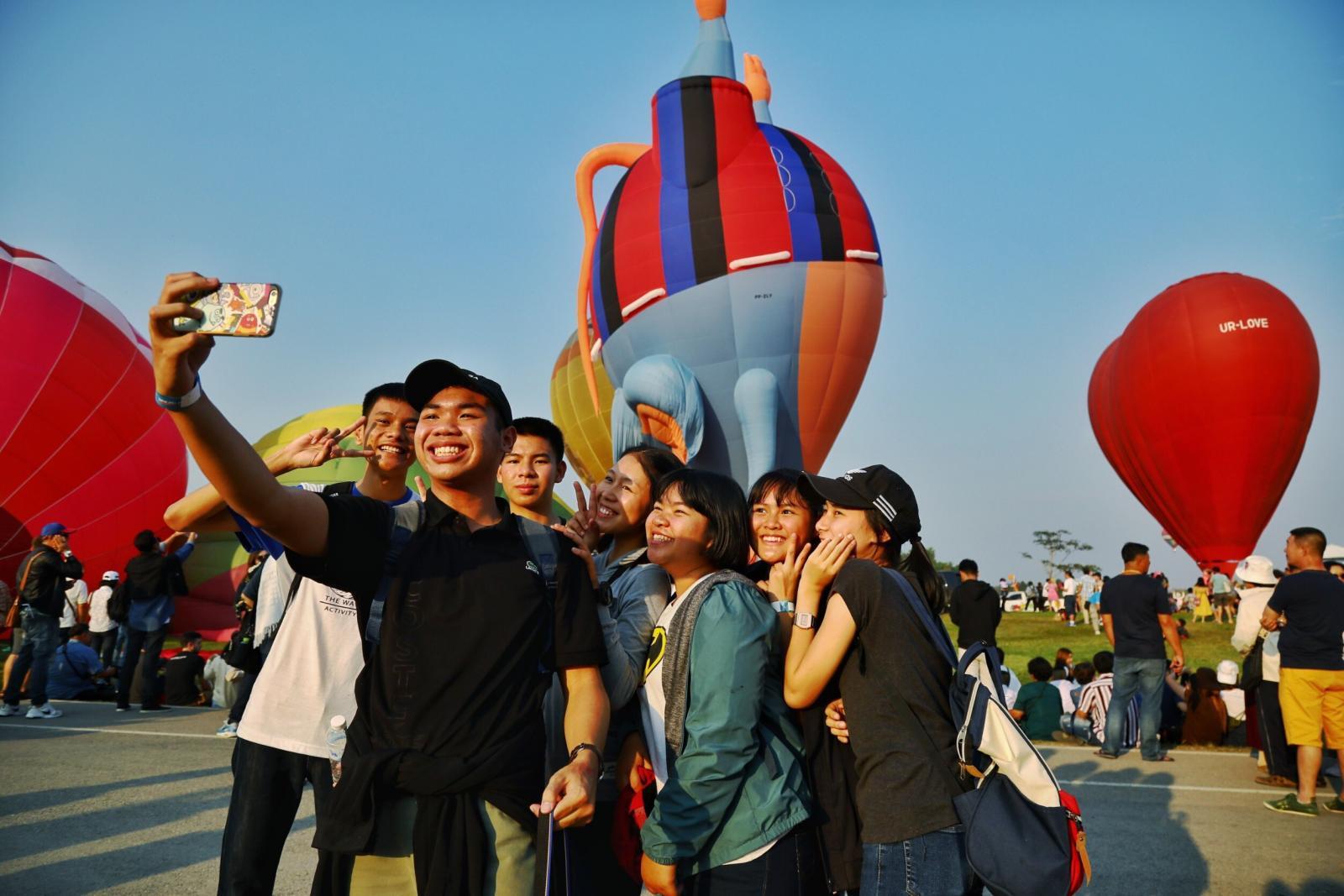 นักท่องเที่ยวไทย-ต่างชาติ แห่เที่ยวงาน สิงห์ปาร์ค บอลลูน วันแรก คึกคัก