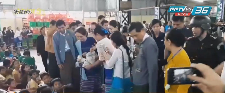 """""""อองซาน ซูจี"""" เยี่ยมผู้ประสบภัยน้ำท่วมในเมืองผาอ่าง รัฐกะเหรี่ยง"""