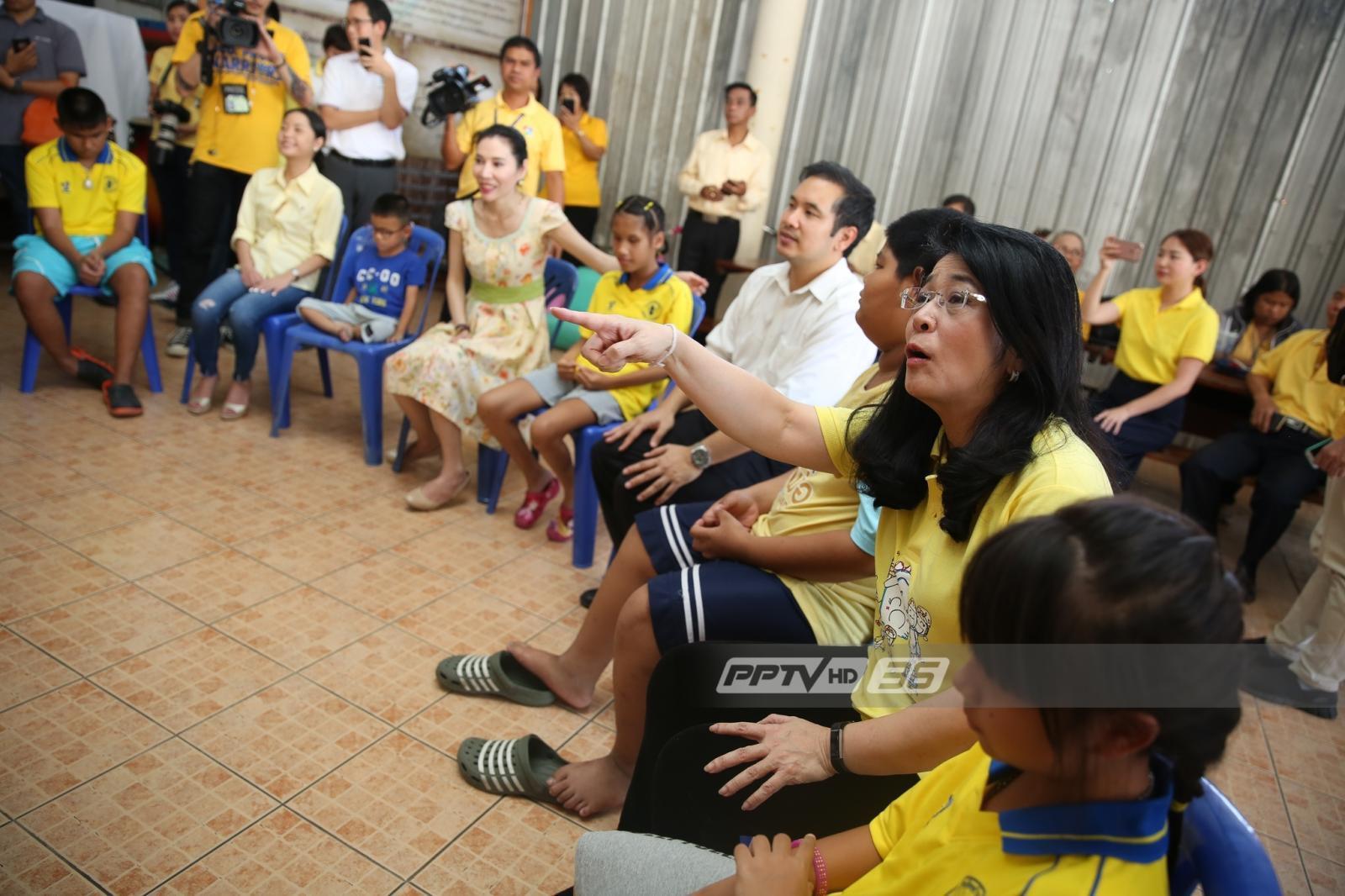 """""""คุณหญิงสุดารัตน์"""" พร้อมสมาชิกเพื่อไทย ทำบุญบ้านเด็กตาบอด"""