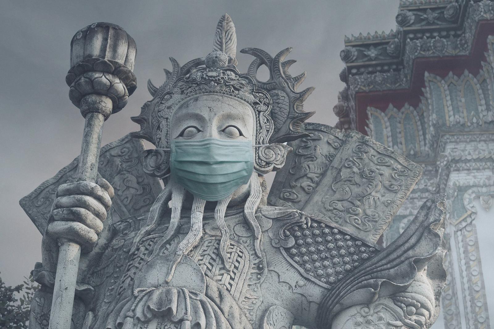 """ชาวเน็ตแห่แชร์ภาพรูปปั้นยักษ์สวมหน้ากากกัน """"ฝุ่นพิษPM 2.5"""""""