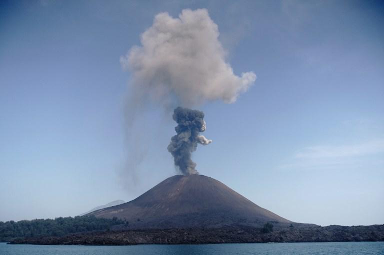 """ย้อนรอย! """"ภูเขาไฟกรากะตัว"""" ปะทุ """"สึนามิ"""" ถล่มอินโดนีเซีย"""