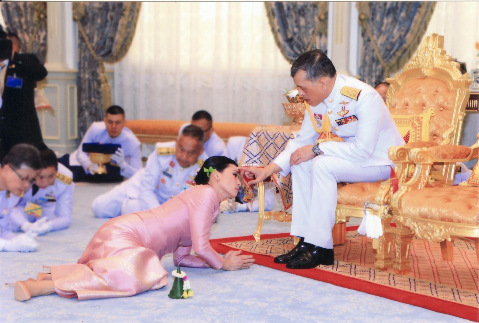 สมเด็จพระเจ้าอยู่หัว ทรงประกอบพระราชพิธีราชาภิเษกสมรส สถาปนาสมเด็จพระราชินี