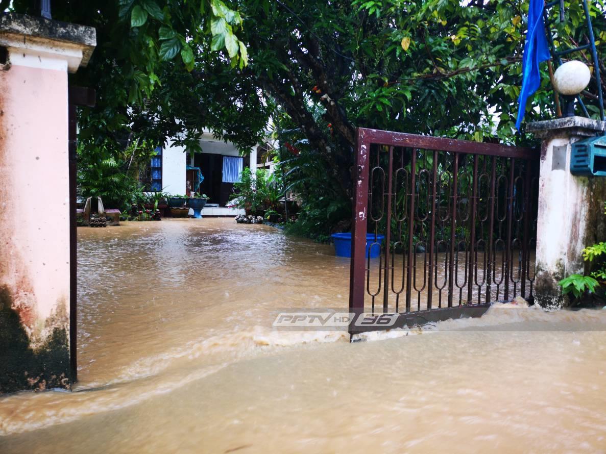 พื้นที่ด้านล่างเมืองบางสะพาน เตรียมรับมวลน้ำ หลังบ้านคลองลอย น้ำป่าทะลักหนัก